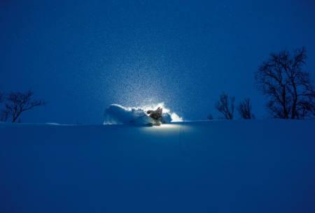 SØK LAVT: Med et polart lavtrykk som øste ut snø var det best å søke lavt i terrenget. Her er Karl-Kristian Muggerud i sving.