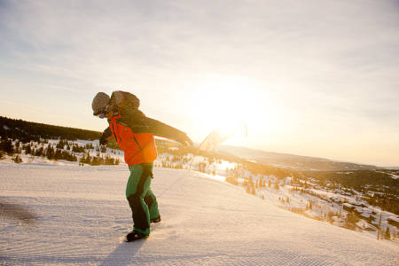 TRENEREN: Christopher Frankum konstaterer at det blåser for mye til å kunne trene på de store hoppene. Foto: Vegard Breie