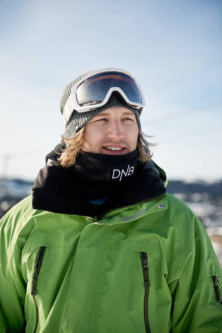 NY SPONSOR? Har Aleksander Aurdal kopiert snowboardlandslagets hals-steeze, eller er det en ny sponsor på gang? Foto: Vegard Breie