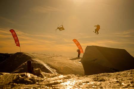 TEAM-WORK: PH Hunder sjekker farta, mens Aleksander Aurdal spotter landinga. Foto: Vegard Breie