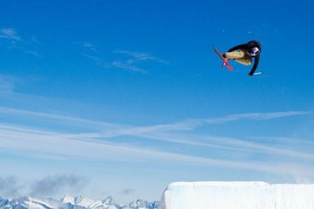 PÅ SAMLING: Norges freeskilandslag –inkludert Øystein Bråten som hopper på dette bildet- er på plass i Sveits på treningsleir. Foto: Luke Allen