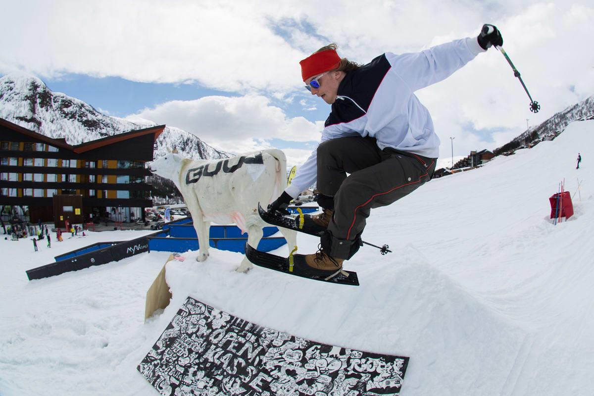 RUTINERT: Johan Berg gikk stort på små ski, og det meldes at han klarte 360. Her gjør han en stilig nosegrab. Foto: Tore Meirik
