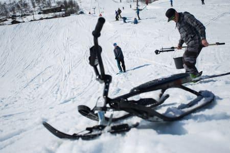 Felix Usterud (bakerst) og landslagstrener Luke Allen preparerer inrunnet til Felix´ snowracerbackflip-kicker