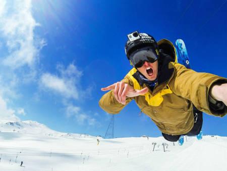 BILLIGVERSJON: Skistjernen Tom Wallisch i et meta-GoPro-bilde for å illustrere GoPros nyeste utgivelse. Foto: Tom Wallisch