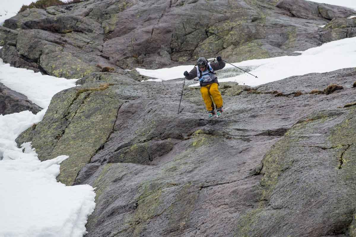 I FJOR: Bård Øymar tok en suveren seier på hjemmebane med ei hissig linje med mer stein enn snø. Foto: Norway Freeride Series