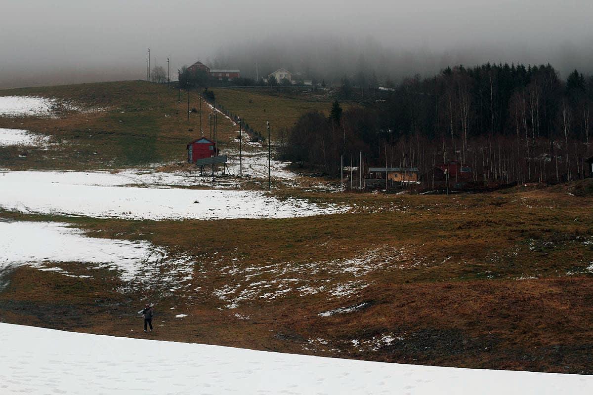 SNØFATTIG: Dersom klimagassutslippene fortsetter å øke vil norske skisentre gå en mild og snøfattig tid i møte. Her illustrert med Hafjell. Foto: Tore Meirik