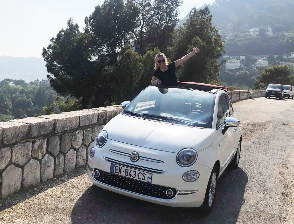 ITALIA: Linn Cecilie Mæhlum nyter livet i en italiensk bil i Italia før hun skal hjem til jobben som gallerisjef på Lillehammer. Foto: Privat