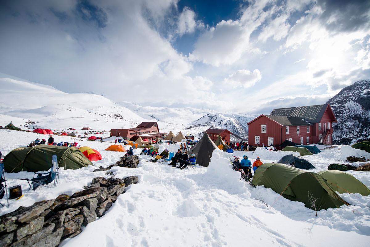 VERDENS STØRSTE: High Camp Turtagrø er verdens største toppturfestival. Neste helg braker det løs i Hurrungane på nytt. Foto: Martin Innerdal Dalen