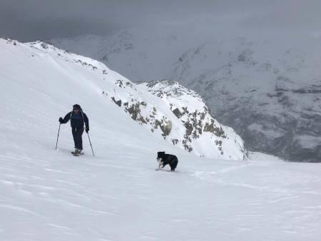 Muligheter. Mange fjellområder har mindre snø enn normalt. Petter Andresen og Wiggo viser at det finnes muligheter. Foto: Audun Holmøy Røhrt