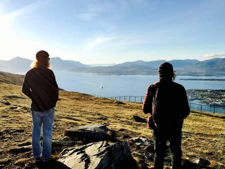 UTSIKT: Nikolai Nygaard og Brynjar Åmot nyter utsikten. Foto: Bård Basberg