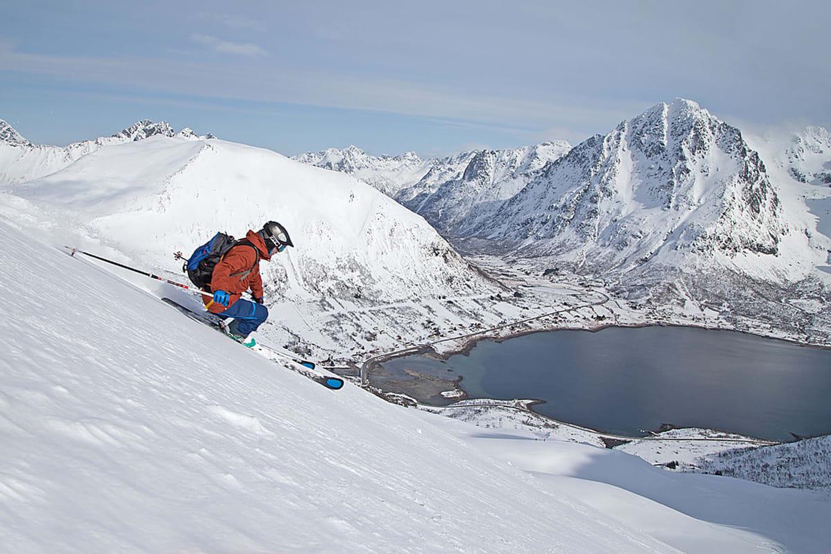 LOFOTEN: Få steder i Norge byr på så flott ski- og snowboardkjøring som Lofoten når forholdene er bra. Det var de forrige helg!  Foto: Nils-Erik Bjørholt