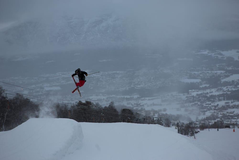 PÅ JOBB: Foreløpig sørger snømangelen for at parkkonsulent Vebjørn Svorkmo ikke har det helt store å bryne seg på, men både snø og lavere temperaturer var på vei da dette bildet ble tatt forrige uke. Foto: Tore Meirik