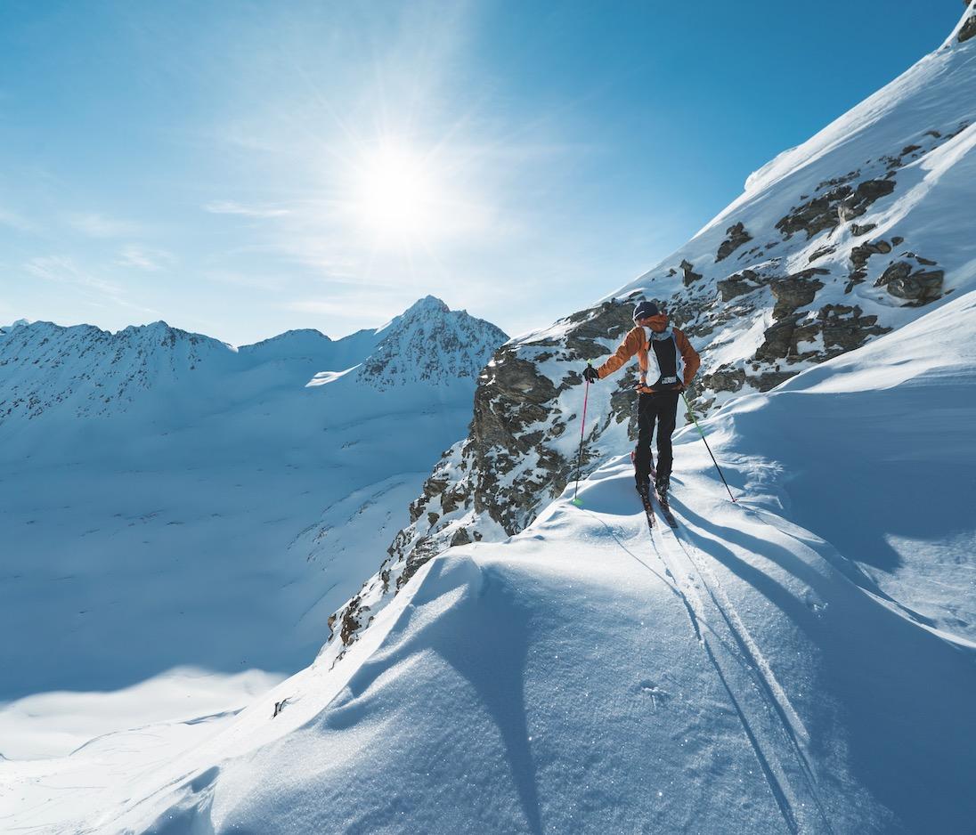TIMING: Starttidspunktet til turen ble diktert av solens posisjon og hvordan den påvirket snøen. Ved å gå halvøya fra sør til nord fikk Vegard isete snø i oppoverbakkene og tørr snø i nedoverbakkene.