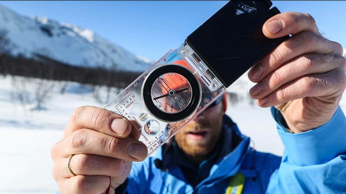 MÅL FRA TOPPEN: Kjøper du denne type kompass kan du til og med måle brattheten av henge du planlegger å droppe inn i. Bilde: Benjamin Hjort