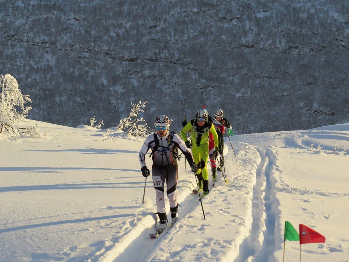 DYPT: De færreste hadde noe imot skiføret i Sogndal i helga, men de som gikk norgescupkonkurranse i randonee måtte takle både dyp pudder og kuleløyper på sine smale, korte og lette ski. Foto: NSF randonee