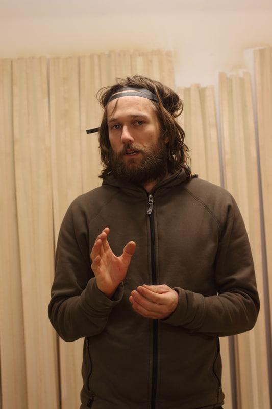KJERNEVIRKSOMHET: Dette er ikke Jesus på snekkerverkstedet sitt, men Endre Hals og et lass skikjerner. Foto: Tore Meirik