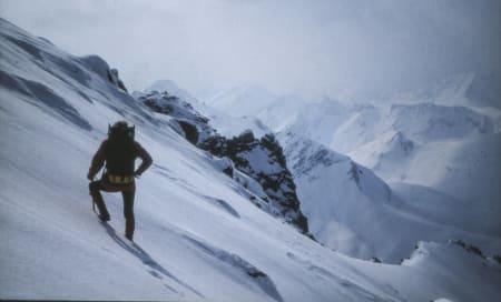 NOSTALGIMØRE: Det er ikke lenge siden Sunnmørsalpene var et lite besøkt fjellområde. Vinteren var spesielt stille. Som her, i april 1978, da Palmar Istad var på vei mot Jønshorn. Bilde: Runar Eidslott