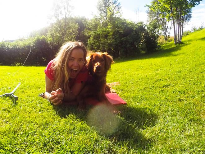 PIA OG SAM: Her er Pia Nic sammen med treningspartneren Sam hjemme på plenen i Sortland. Foto: Pia Nic