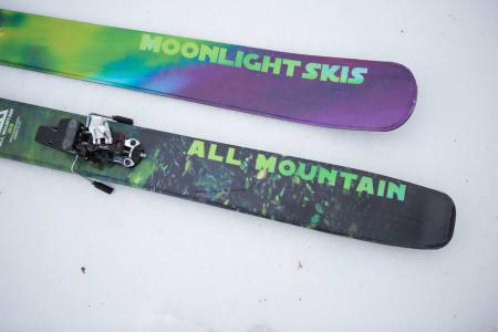 LETTVEKTERE: Med 110 millimeter på midten, 189 centimeters lengde og 0,76 gram per kvadratcentimeter er Moonlightskis All Mountain blant de letteste skiene i sin klasse. Foto: Tore Meirik