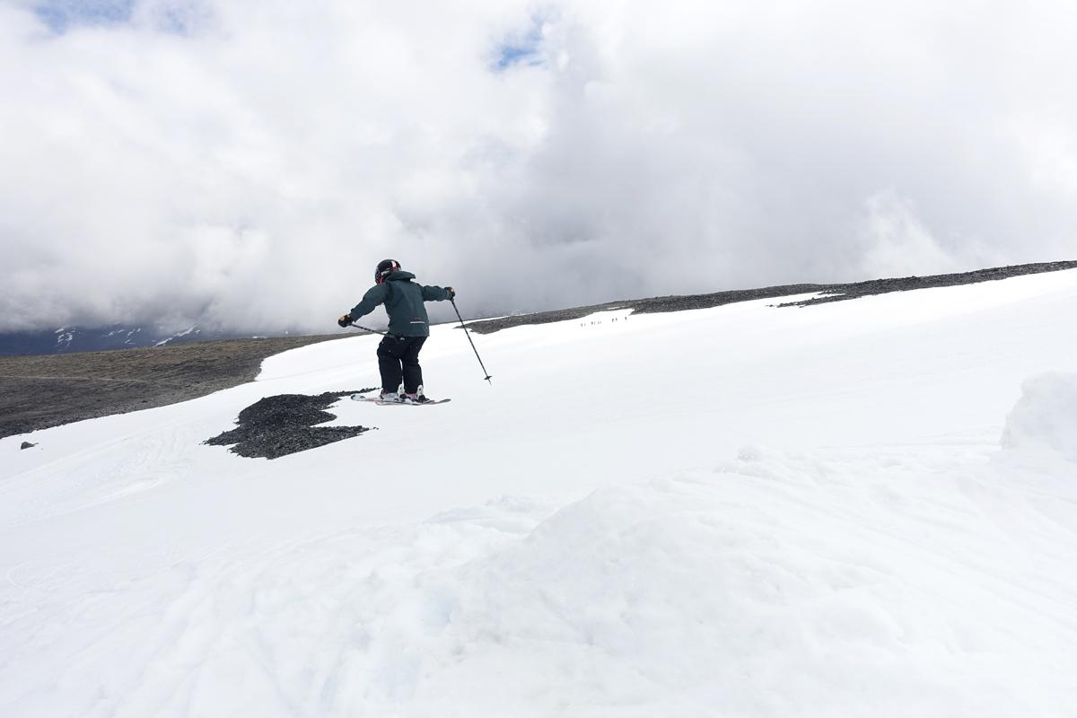 HJEMMELAGD: Skal du få luft under skiene på Galdhøpiggen sommerskisenter i sommer må du bygge hoppet selv. Dette bildet ble tatt 9. juli, men det er fortsatt masse snø på Juvbreen. Foto: Tore Meirik