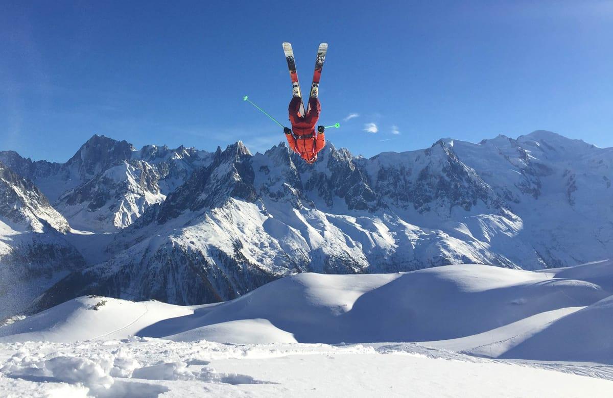 HUCK- OG PUDDERFEST: Det er ikke noe stress å gå stort når det er masse snø i Chamonix. Martin Leite Gilleshammer er selvsagt ekspert på backflips. Foto: Mari Innerdal