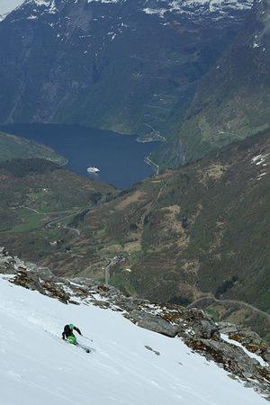 Christian Kongerud ned Dalsnibba med vakre Geiranger i bakgrunnen. Foto: Hans Petter Hval.