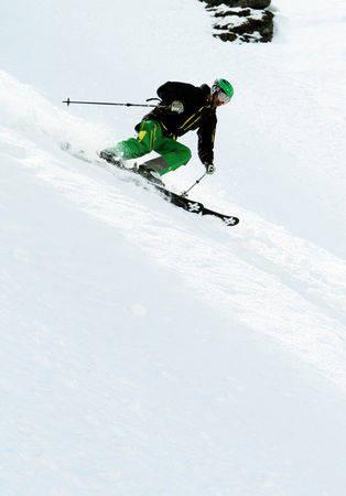 TØRRSKODD: Christian Kongerud finner tørr snø ned Dalsnibba noen dager før åpningshelgen på Stryn i fjor. Om en uke kan det være deg! Foto: Hans Petter Hval