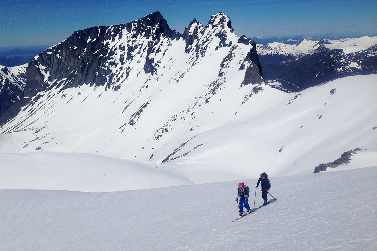 ÅPNER ONSDAG: Trollstigen åpner onsdag klokken 10. Derfra kan du gå flere flotte toppturer i Romsdalen. Slik så det ut i området i helga. Foto: Halvor Hagen