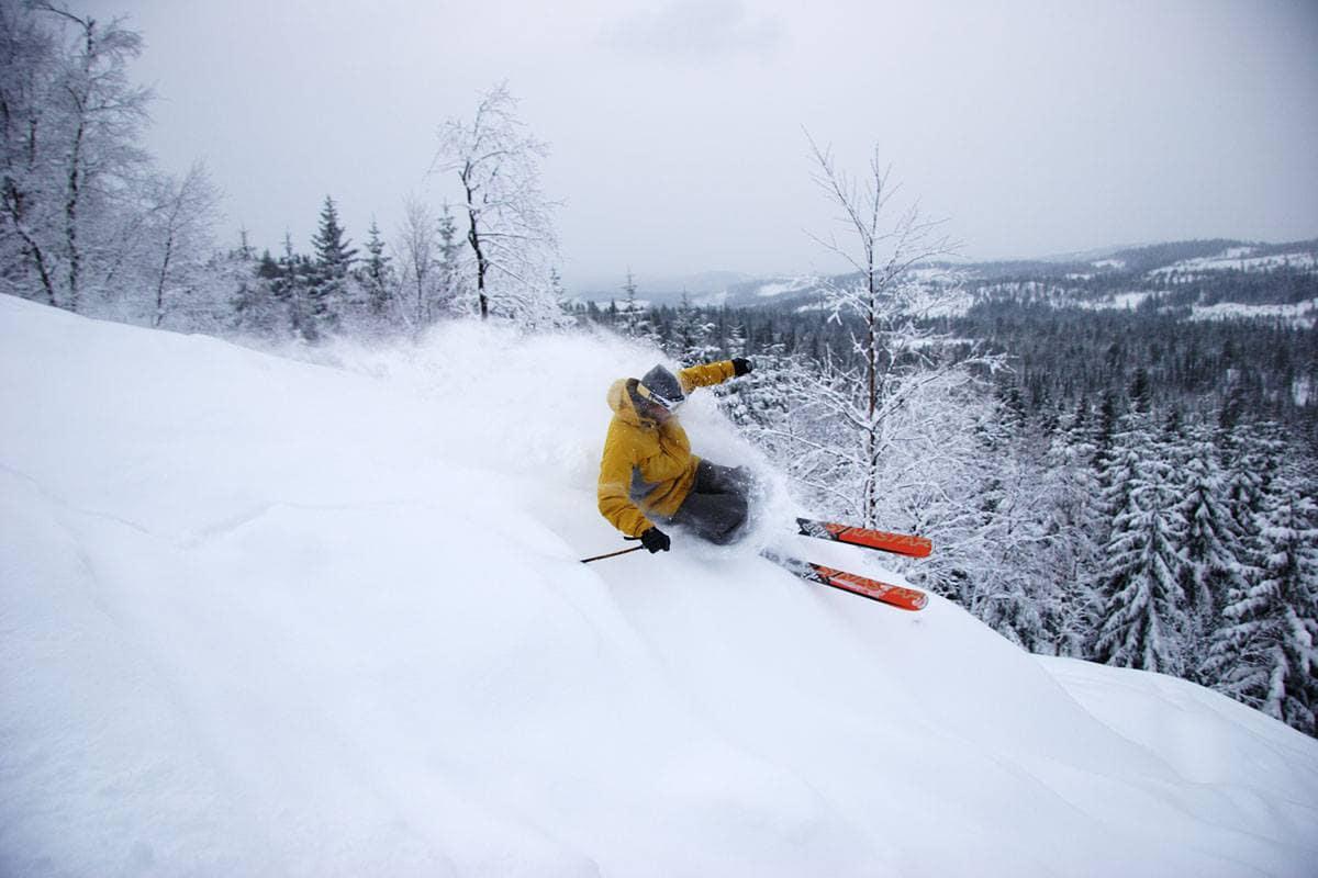 BLIR DET SÅNN IGJEN?: Fredrik Luytkis minnes vinteren 2004 som en av de bedre i Oslo – her kjører han dyp pudder i Varingskollen dette året. Nå kan det bli like fine forhold igjen! Foto: Christian Nerdrum