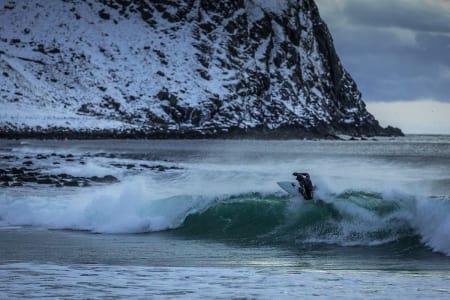 SURFERE: Her er Norrønas nye våtdrakt på Unstad. Foto: Norrøna