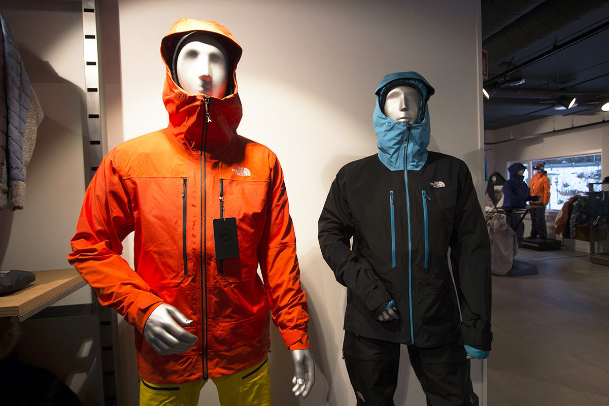 NY TOPPTURSERIE: North Face lanserer en ny linje i Summit-serien - laget for toppturer. Her i herreversjon (venstre) og dameversjon (høyre). Foto: Anders Holtet
