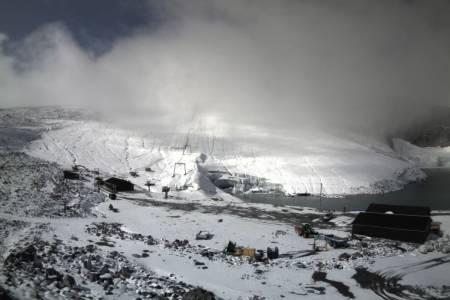 SNØ: Det skal komme store mengder snø på Juvass i helga. Slik så skianlegget ut tidligere i september. Foto: Galdhøpiggen Sommerskisenter