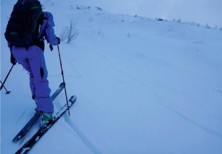 SKYTENDE SPREKKER: Sprekker i snøen viser at det er spenninger i snøen og at snøoverflaten kan danne flak. Forholdene for flakskred ligger til rette - dette er ett av tegene på skredfare. Foto: Espen Nordahl