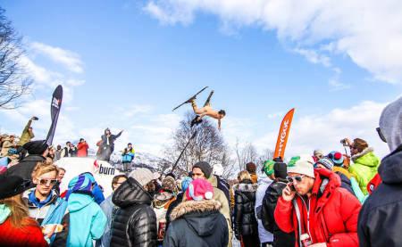NATURIST –JAVISST: Vegard Øye opptrer gjerne naken på ski. Slik som her, på Bjerkan Invitational i vår. Foto: Henning Kleivane