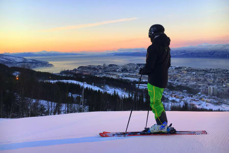 GJENÅPNER: Fra 1-5. juni kan du nyte midnattsol og skikjøring i Narvik. Foto: Narvikfjellet Skisenter