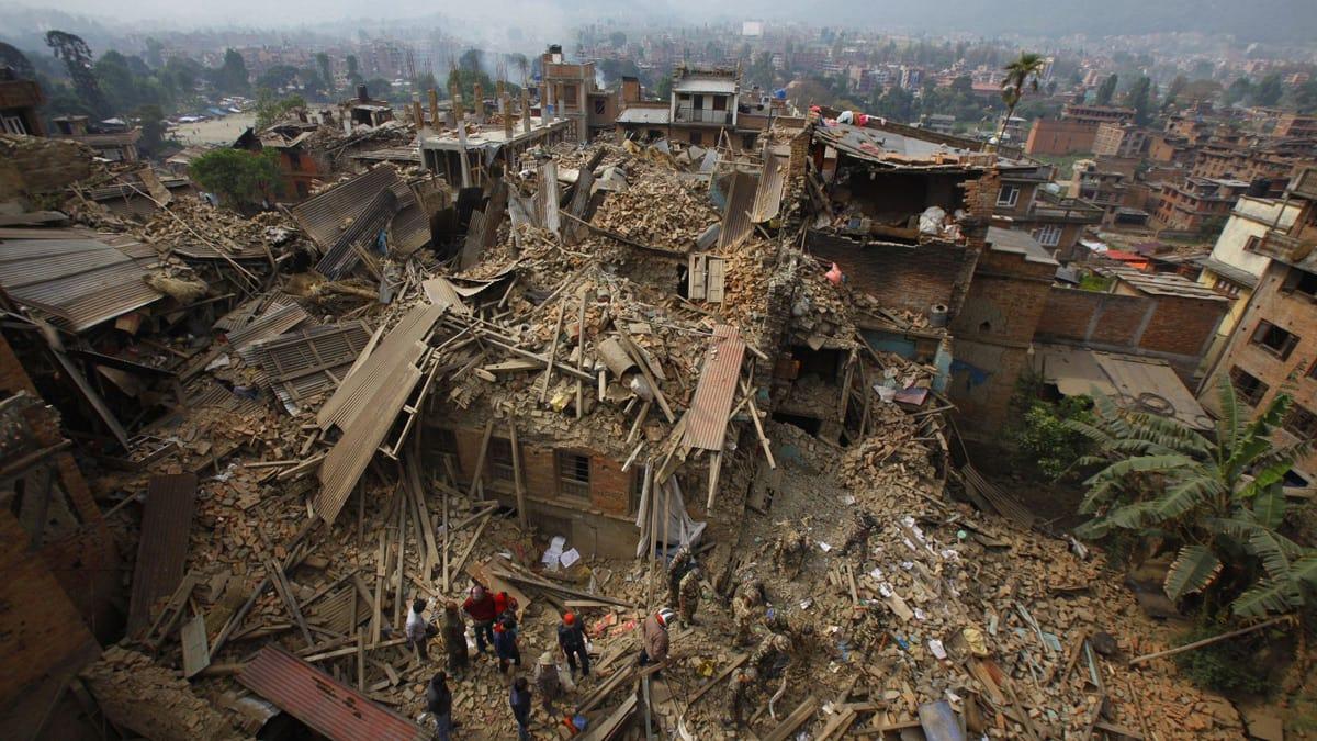 KATASTROFE: Jordskjelvet i Nepal har rammet det lutfattige fjellandet knallhardt. Så langt er over 3700 mennesker bekreftet omkommet, og dødstallene fortsetter å stige. Foto: AP/Niranjan Shrestha