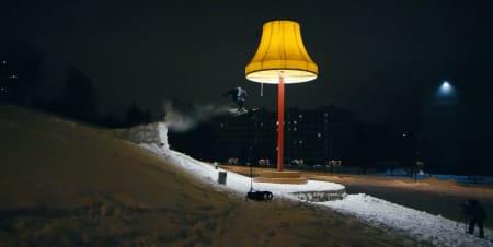 STORT: Mulig den største lampa du har sett, den er med i filmen! Foto: Screengrab fra filmen.