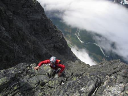 NUMMER FIRE: Ola Hovdenak like under toppen av Romsdalshorn.