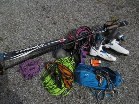 LETT: Her er utstyret gutta brukte på turen; Mange feller for forskjellig type snø. Et kort tau for Juratind og et litt lengre for Kvanndalstind og Romsdalshorn, 4 kiler og en kamsikring. Ei tynn vindjakke og solkrem.