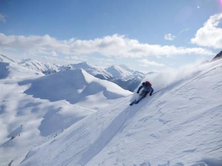 ENDELIG SOL: Robert Pallin Aaring drar på i terrenget over skisenteret i Whistler. Foto: Heidi Pallin Aaring