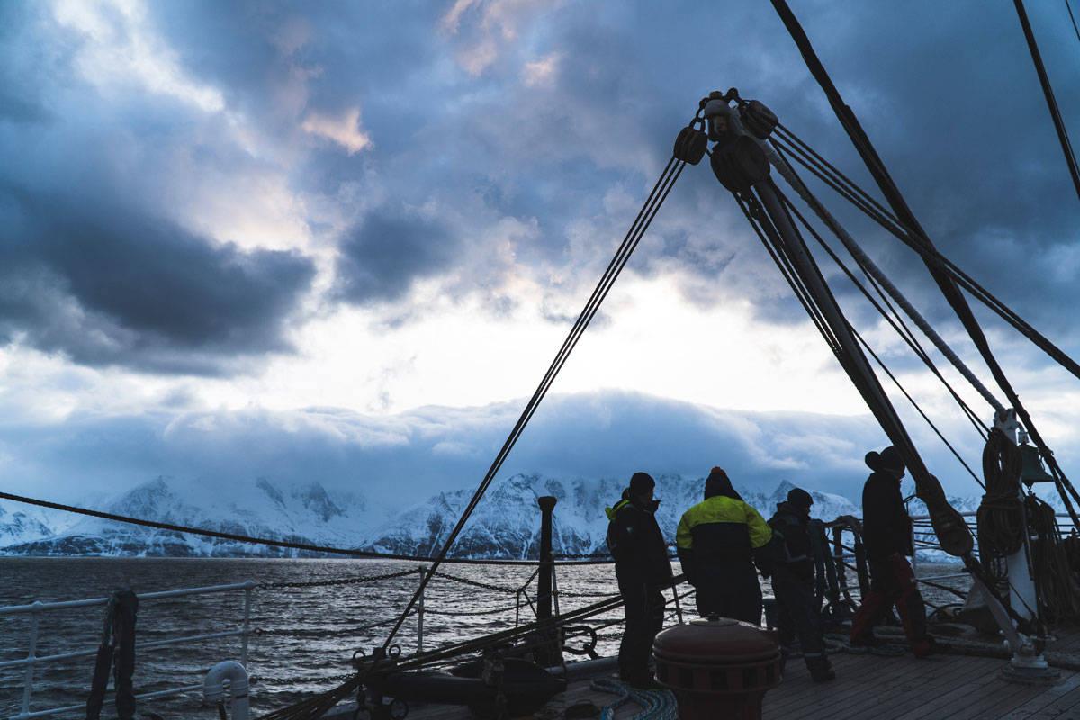 RADICH PÅ TOKT: Seilskuta Christian Radich er på skitokt på Sunnmøre denne uka. Sist uke var skuta i Lyngen, også da full av toppturfolk. Foto: Henrik Ulleland