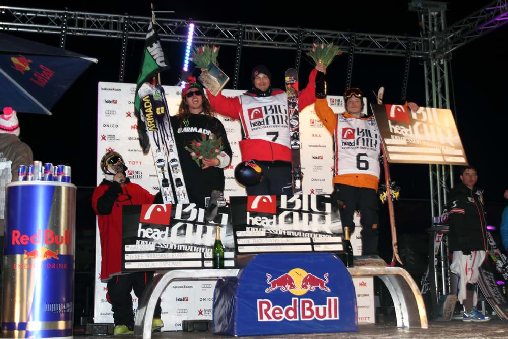 PALLEN: Henrik Harlaut med mentor Tanner Hall, dagens vinner PK Hunder, og Espen Bergh som tok tredjeplassen. Foto: Tore Meirik