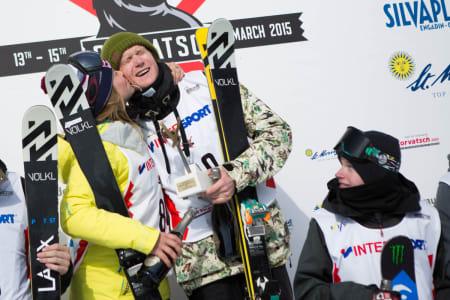 VINNERNE: Felix Usterud tok sin første seier i en stor internasjonal konkurranse lørdag, og vant i tillegg verdenscupen sammenlagt. Da ble det en gratulasjons-smask fra Tiril Sjåstad Christiansen på toppen av pallen. Foto: Tore Meirik