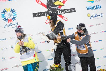 Sammenlagtvinnere og champagne: Tiril (til venstre) ble nummer to i sammendraget, Emma Dahlström vant og Johanne Killi ble nummer tre.