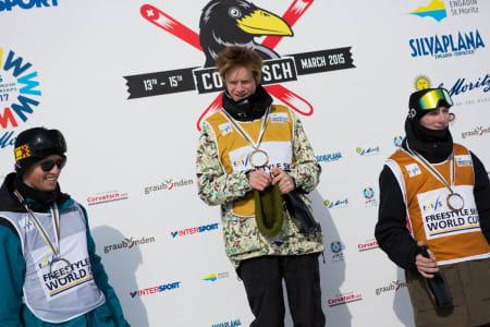 Felix´ lue måtte av da Ja vi elsker ble spilt for sammenlagtvinnerne i verdenscupen. Joss Christensen (til venstre) ble nummer to og Andri Ragettli tok tredjeplassen.