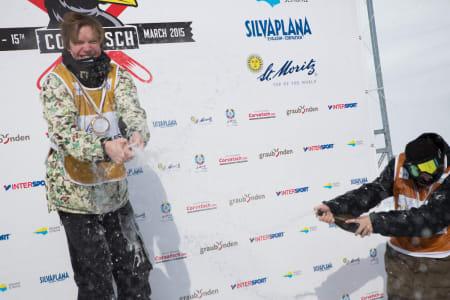 Felix og Ragettli spruter champagne.