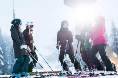 KLAR FOR CAMP: Linn Cecilie Mæhlum (i midten) er blant instruktørene når Ivrig kjører jentecamp i Oslo Vinterpark 20. januar. Foto: Kyle Meyr