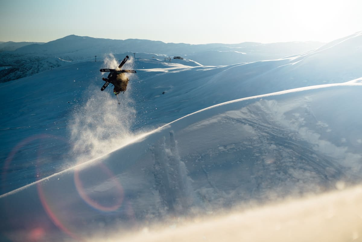 OPP NED: Asbjørn Eggebø og Marius Feen er gira på å dra på til vinteren, både på ski og på jobb. Foto: Bård Basberg.