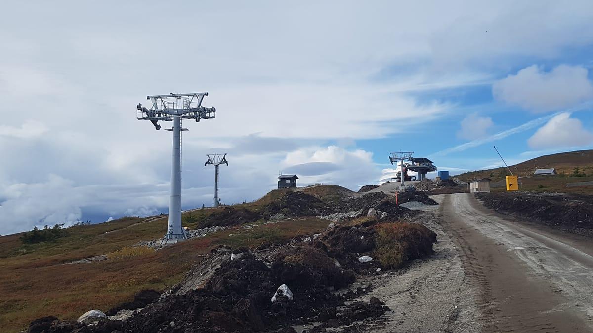 BYGGER FOR FULLT: På Norefjell bygges det splitter ny stolheis for harde livet i disse dager. Foto: Geir Bottolfs
