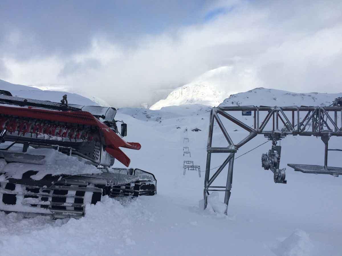 MAST SJU: Det er over åtte meter snø der dette bildet fra Folgefonna er tatt. Det lover godt for sommeren! Foto: Andreas Skogseth